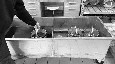 Käser Biberist AG Teilekonservierung - Solvacs Reinigungsanlage (trocken) - Tauchbäder (feucht) - Rostschutzpapier - VCI-Beutel - Vakuumieren - Korrosionsschutz im Tauchverfahren - Gleichmässige Filmausbildung (feucht) - Unterdrückt korrosiven Angriff durch Fingerabdrücke bzw. Handschweiss - Exzellente wasserverdrängende Eigenschaften - Hohe Beständigkeit gegen Einschleppung saurer und alkalischer Medien - Standzeit Innenlagerung 8-12 Monate / Aussenlagerung: 3-6 Monate  Korrosionsschutz aus der Hybrid-Reinigungsanlage:  Sehr dünner Film (fast trocken)  Intensiver Korrosionsschutz  Sicherer Schutz gegen Handschweisskorrosion  Oeliger, nicht verharzender Schutzfilm  Gute Schmiereigenschaften  Standzeit: Innenlagerung 12-14 Monate - Aussenlagerung: 8-10 Monate
