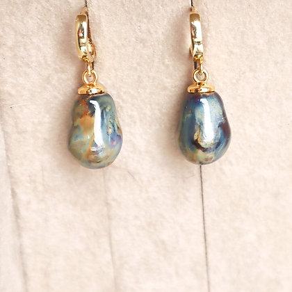 Ess earrings with fine porcelain drops