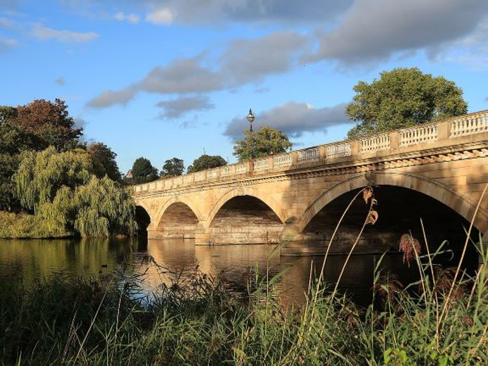 1280px-The_Serpentine_Bridge_from_the_we