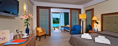 Deluxe-Family-Room-Sharing-Pool-Interior