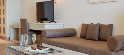 7.1-Sea-Front-Junior-Suite-Shared-Pool-I