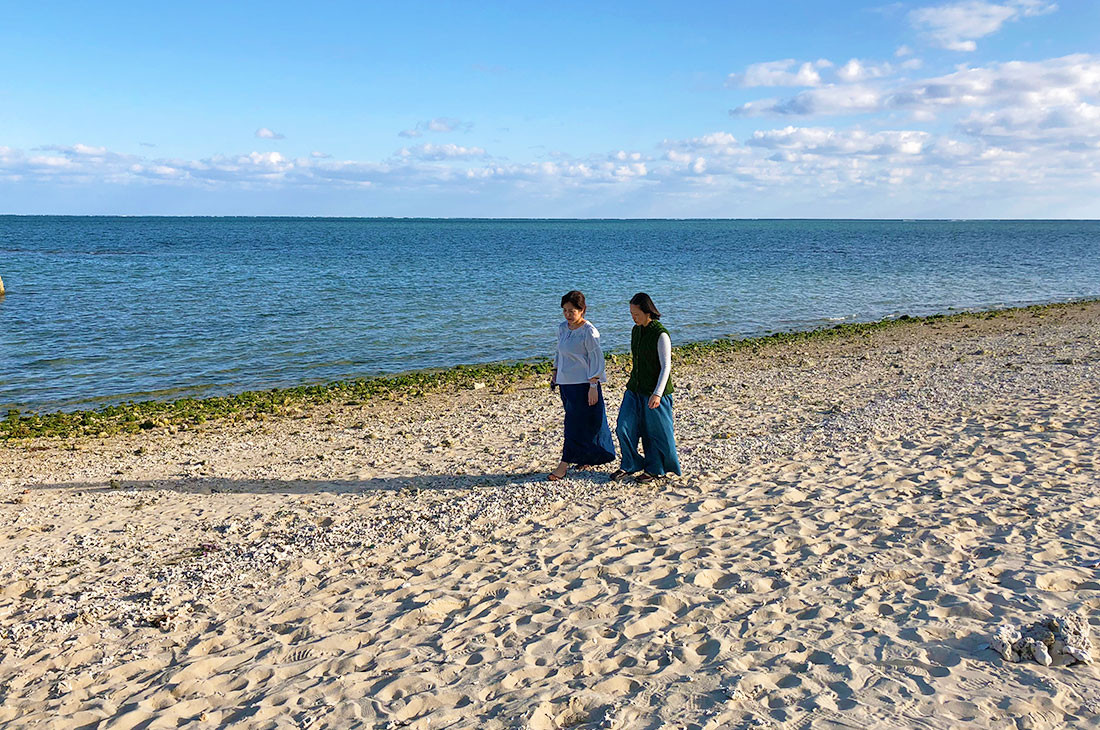 聖なる浜を歩く