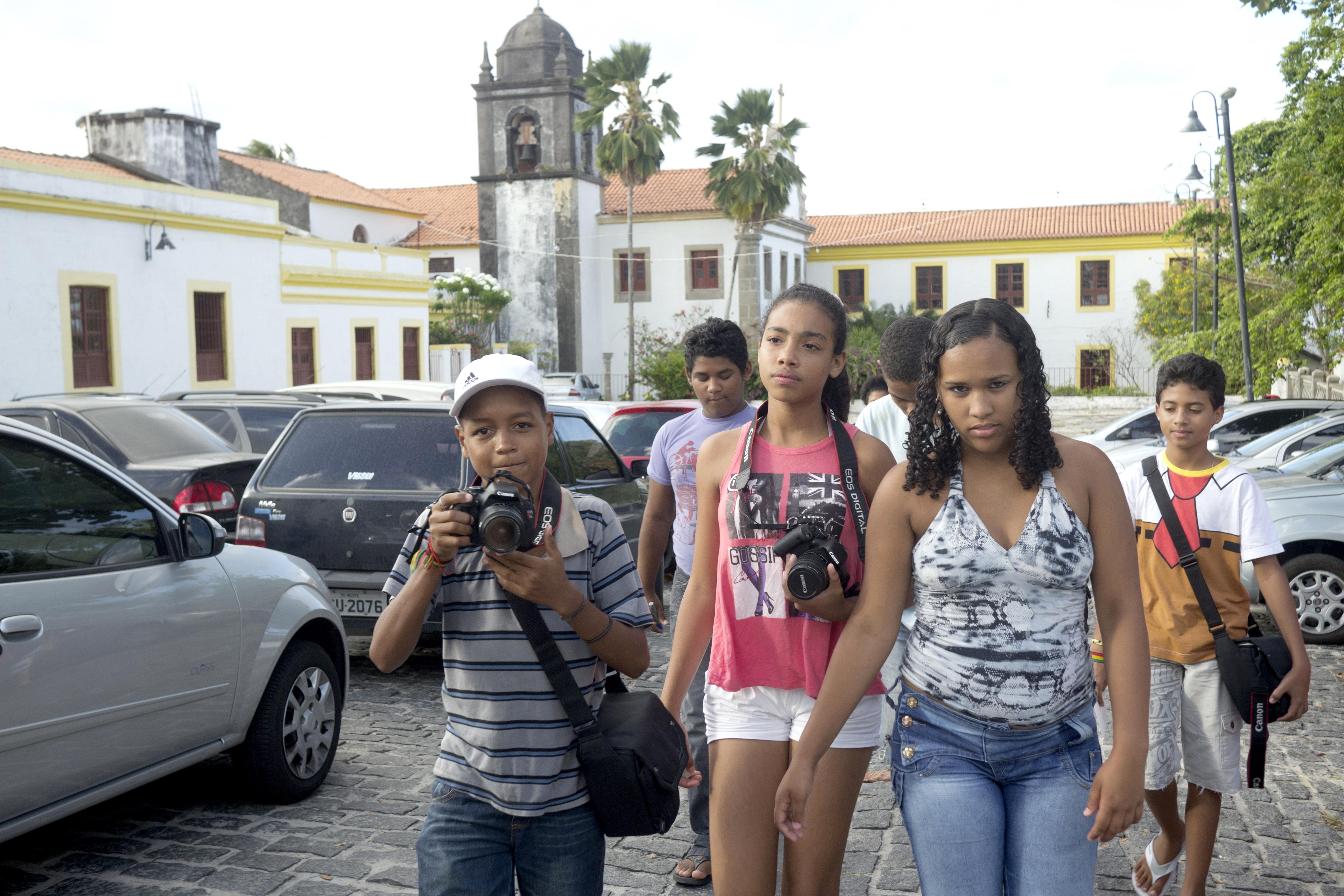 2_Die_Jugendlichen_gehen_das_erste_Mal_zum_Fotografieren_nach_draußen._Foto_Marco_Keller