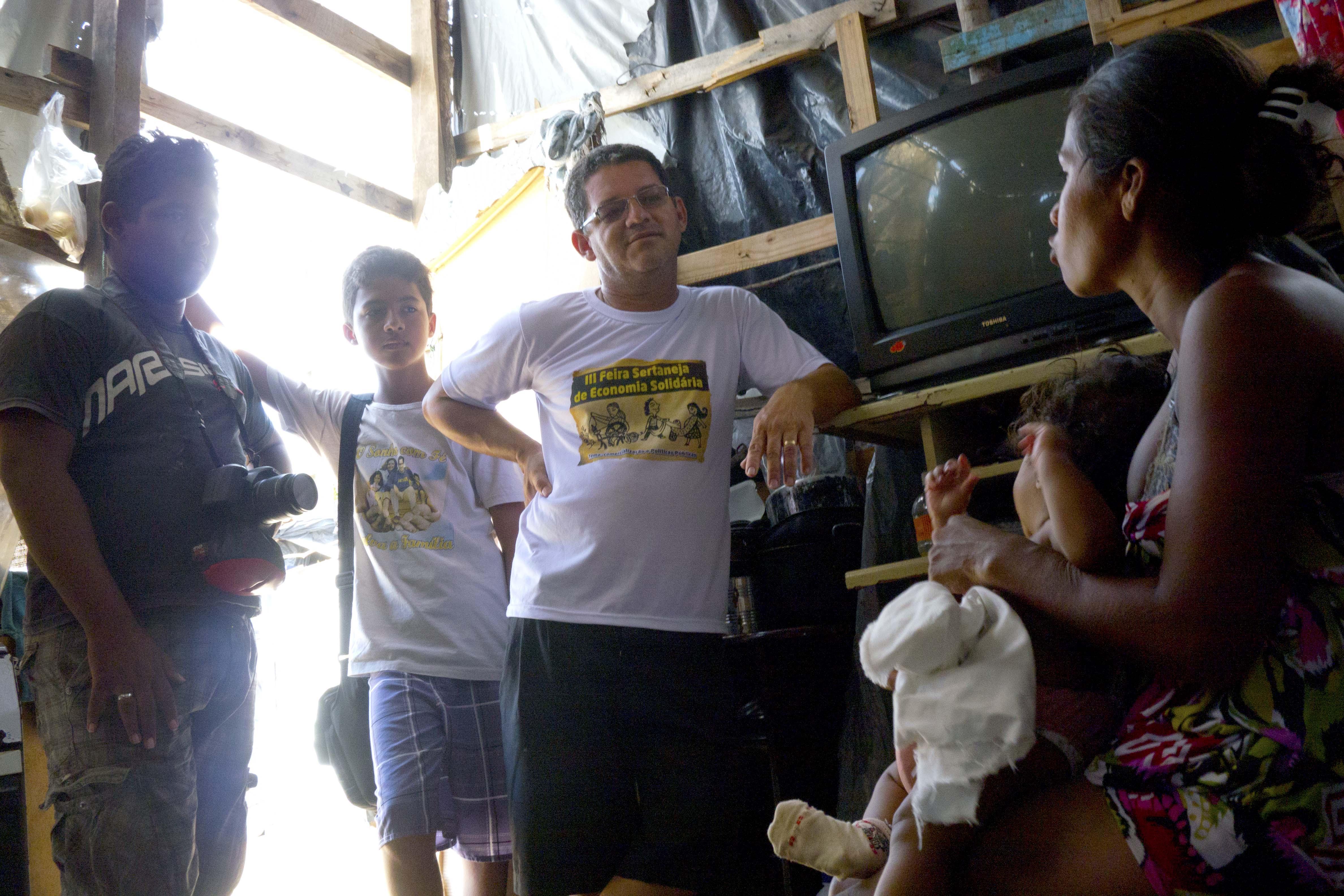20 P1340895 Begegnung mit den Wohnungslosen. Betreuer Ricardo, Bruno und Ruan. Foto Marco Keller
