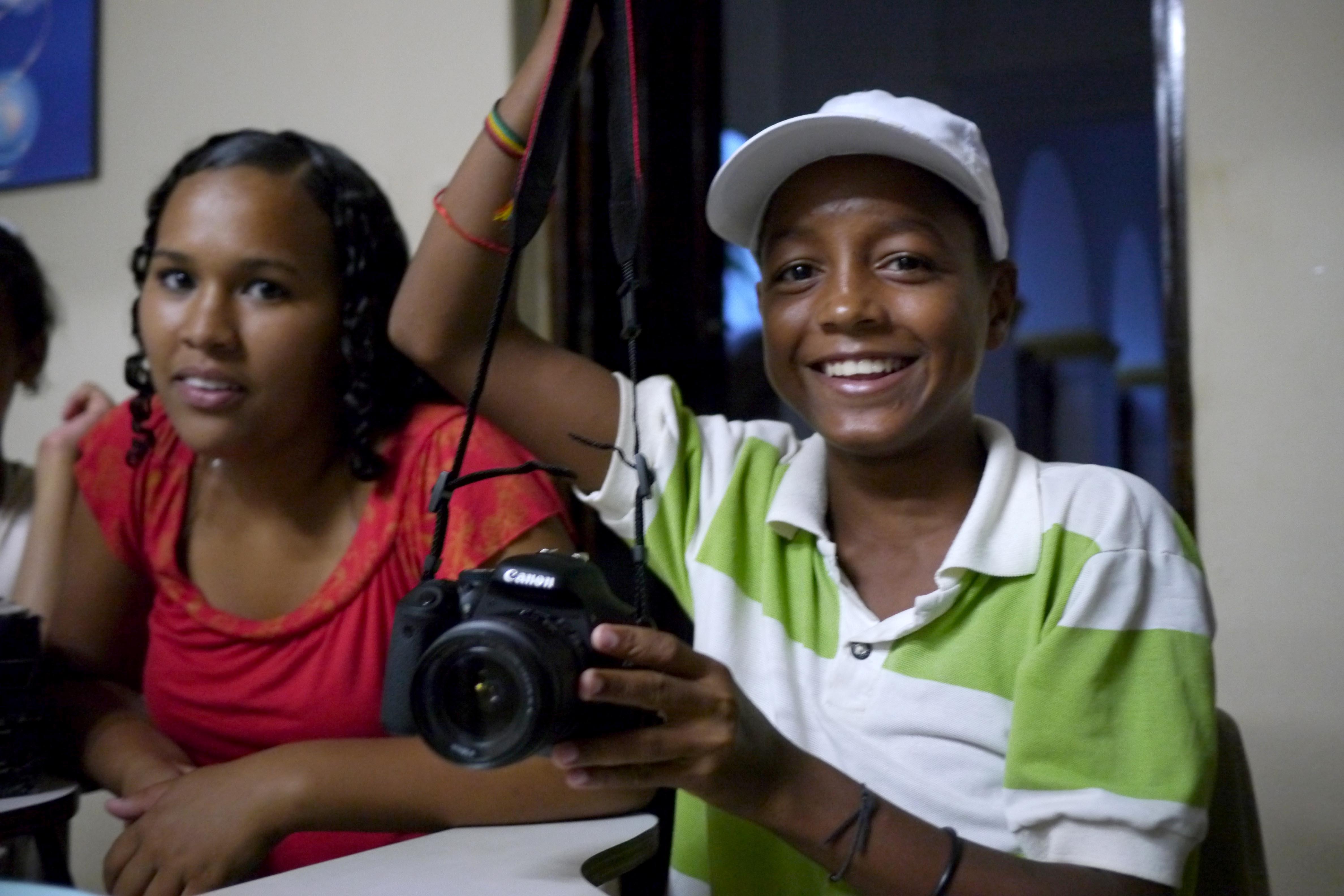 Natalia und Vitor bekommen ihre Projektkamera - Bild Marco Keller P1270738