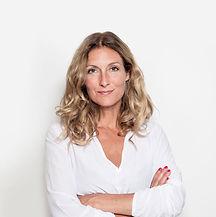Женщина средних лет в белой блузке