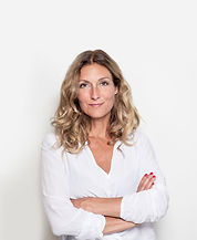 Mulher envelhecida média na blusa branca