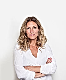 Femme d'âge moyen en blouse blanche
