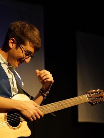 A la guitare dans Bye bye chérie