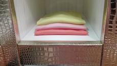 как складывать одежду на полке