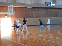 体育センターでスポーツ