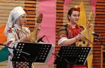 Bulgarian kansanmusiikissa käytetää ainutlaatuista pidennettyä rytmiä, jota muiden on vaikea seurata Traditional Bulgarian music uses odd rhyhtms that are difficult to follow for others