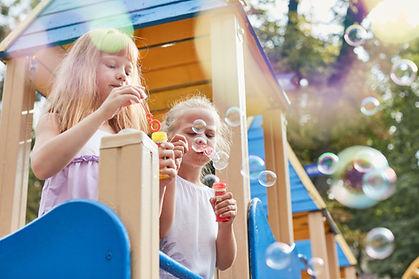 Děti vyfukování bublin