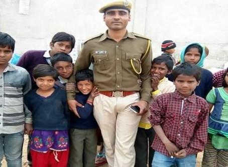 Aapni Pathshala : भीख मांगने वाले बच्चों के हाथों में कटोरे की जगह कलम थमा रहा कांस्टेबल धर्मवीर जाख