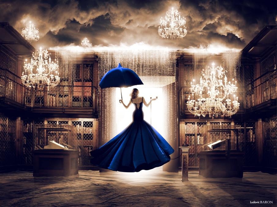 La femme en bleu face à sla porte du digital (2015)