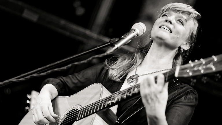 Christina Lux feat. Oliver George  19.00 h