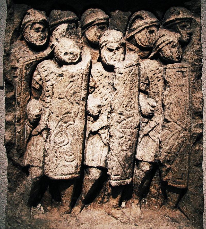 Stèle de légionnaires de Glanum (Saint-Rémy-de-Provence), conservée au Musée gallo-romain de Fourvière, à Lyon. Crédits photo © By Ursus, Wikimedia Commons.