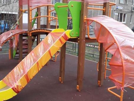 Сотрудники Жилищника огораживают входы на детские площадки специальными сигнальными лентами...