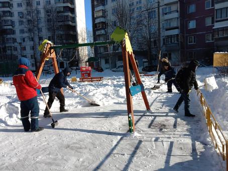 В Химках борьба со снегом продолжается.