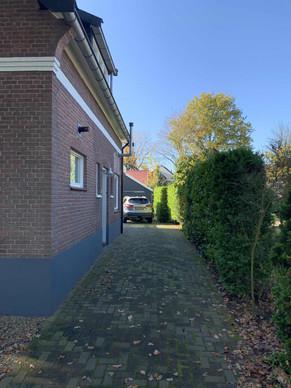 Loop langs het woonhuis