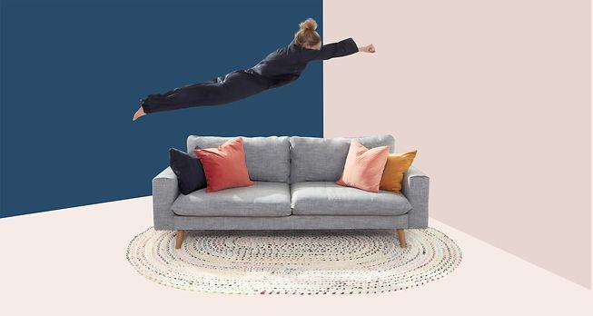 אישה קופצת על הספה ומתחת לספה מונח שטיח