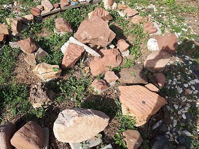 אבני חול, מאיזור אילת ומכתש רמון. הסלעים הראשונים שנוצרו משחיקה של סלעי יסוד