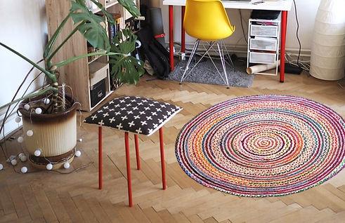 חדר עם שטיח חבל צבעוני על הרצפה