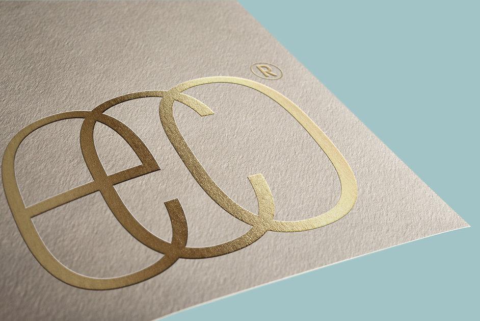 לוגו עם כיתוב זהב
