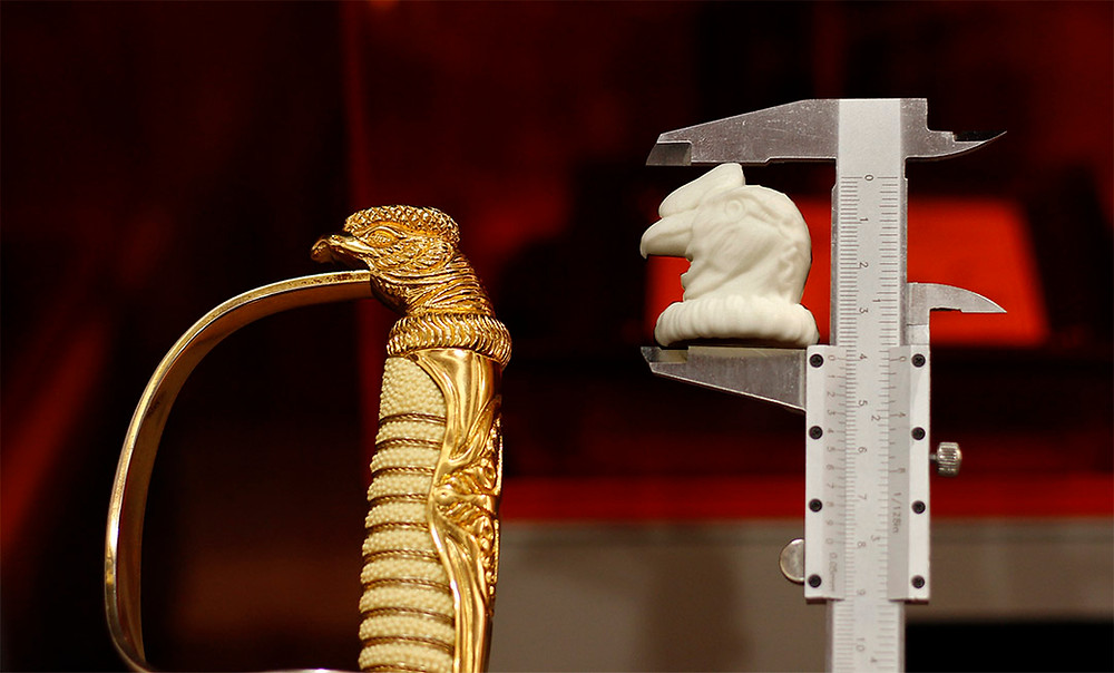 condor gris realizado con impresion 3d para espada