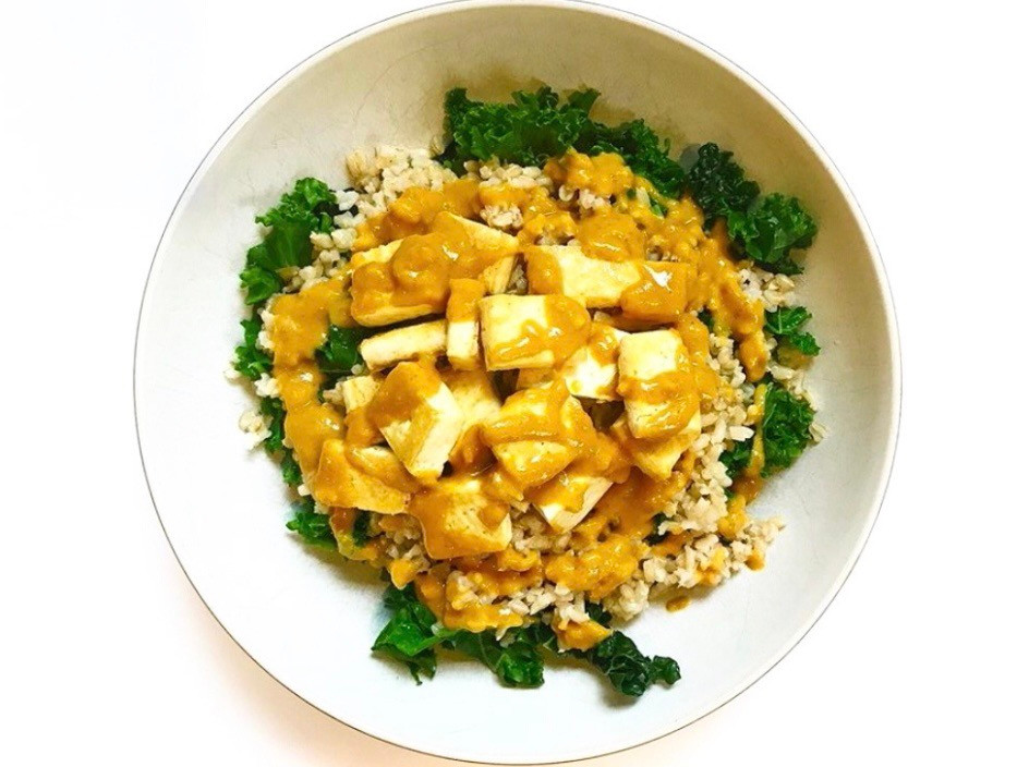 Budda Bowl with brown rice, kale, tofu and Thai curry peanut sauce