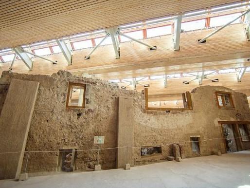 Ο προϊστορικός οικισμός του Ακρωτηρίου _στολίδι του νησιού.