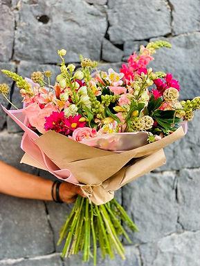 Bouquete Rosas, Delphiniums, Scabiosas y Perrito