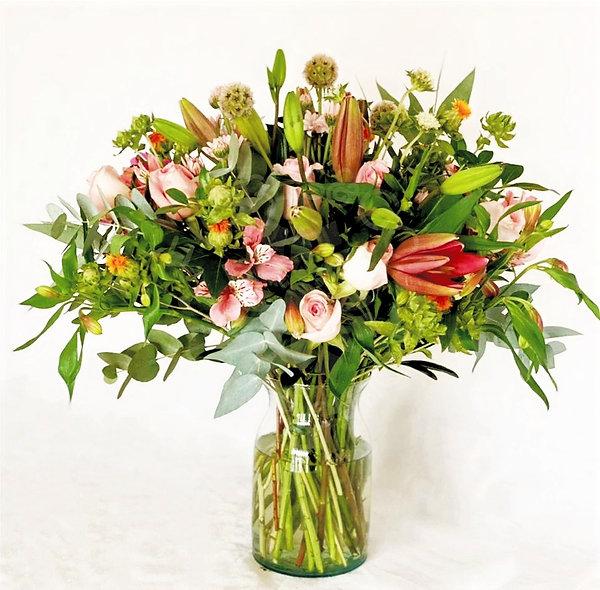 Lilys, rosas, alstroemeria, scabiosas.