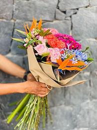 Bouquete ave de paraíso, rosas, crisantemos