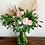 Thumbnail: Tulipanes, rosas, scabiosa y palma