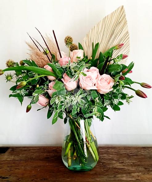 Tulipanes, rosas, scabiosa y palma