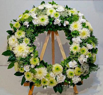 Corona fúnebre flores blancas.