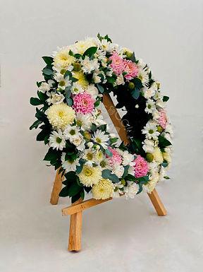 Corona fúnebre diversas flores blancas.