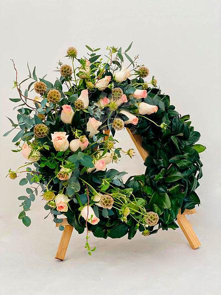 Corona fúnebre rosas y scabiosa.