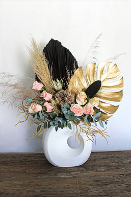 Arreglo floral palma, monstera, pampa, rosas, flor seca.