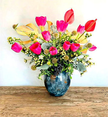 Tulipanes, anturio, scabiosa, hipericum