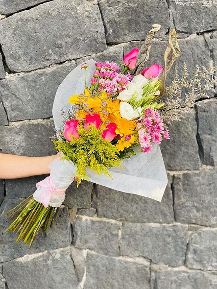 Bouquete rosas y margaritas