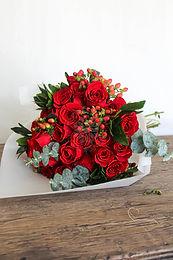 Bouquet rosas rojas e hipericum.