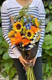 Bouquete Girasoles, Lylis, Delphinium y Corteza Ornamental