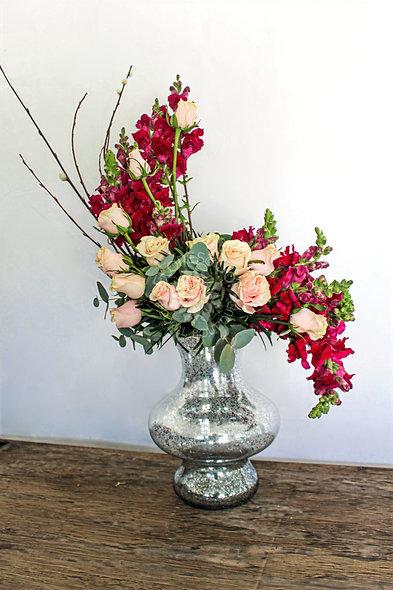 Arreglo floral estilo hogarth con perritos y rosas