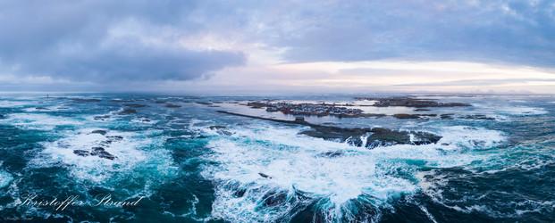 Veiholmen i frådende hav
