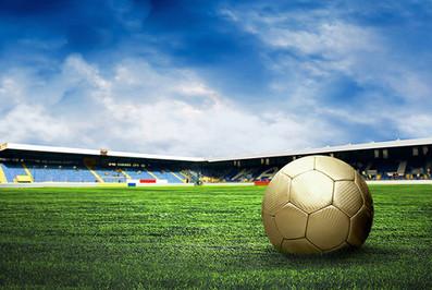 Balón de fútbol en campo de fútbol