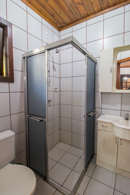 Banheiro com chuveiro a gás