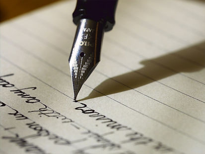Writing%20with%20a%20fountain%20pen_edit