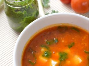 Rajčatová polévka s mozzarellou